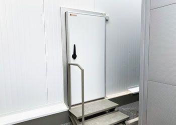 puerta abatir cámara frigorífica